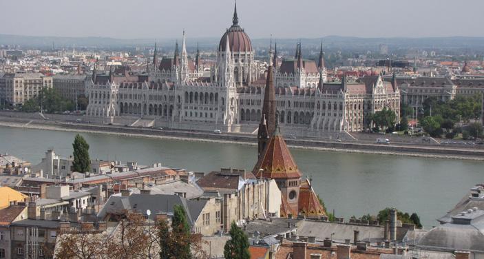 בית הפרלמנט המשתקף גבעת המצודה . צילום עוזי בכר